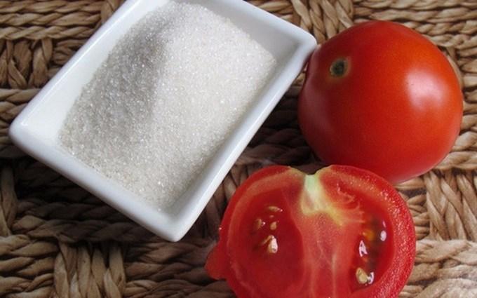 tẩy da chết bằng cà chua và đường